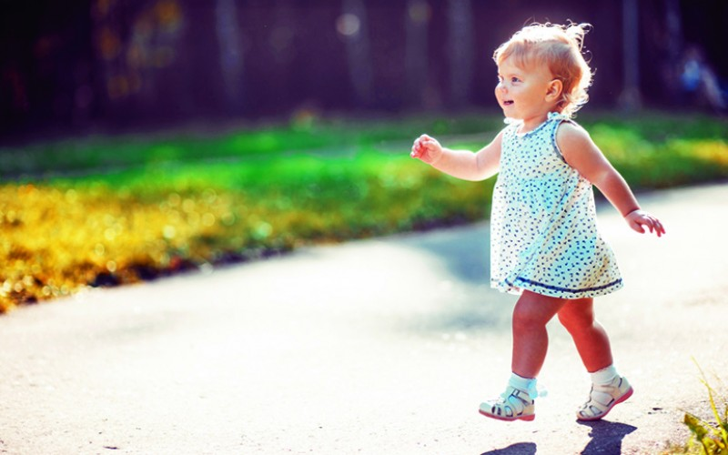 Early walking in toddlers linked to stronger bones